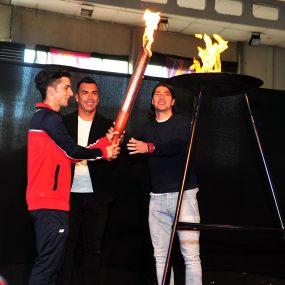 Futbolistas de Colo-Colo Esteban Paredes y Jaime Valdés, seleccionado nacional de esgrima Juvenal Alarcón, encendieron la llama olímpica de este torneo